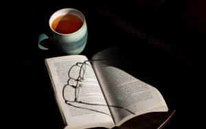 ontspannen met kopje thee en een boek